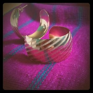 Jewelry - Thick striped golden hoops