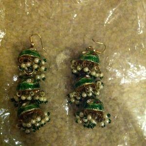 Jewelry - Emerald green hanging earrings