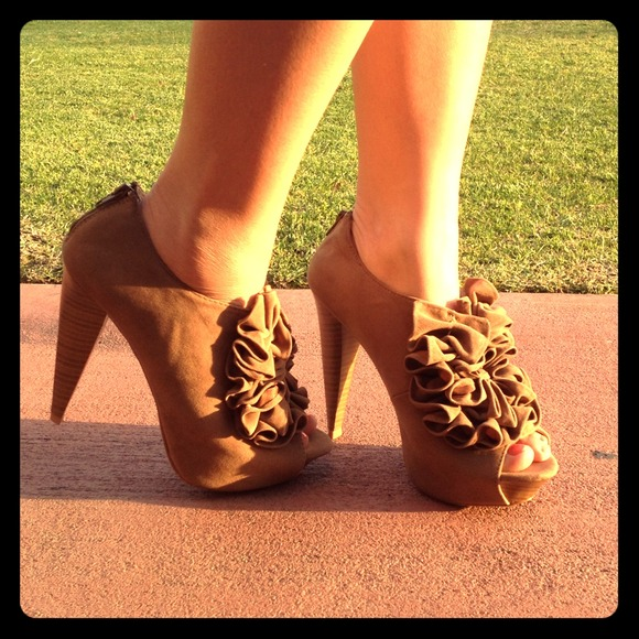 Shoes - Ruffled booties