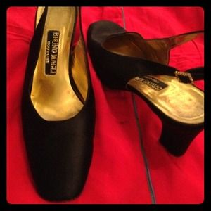 Shoes - Flash sale! Bruno magli coutoure satin pumps