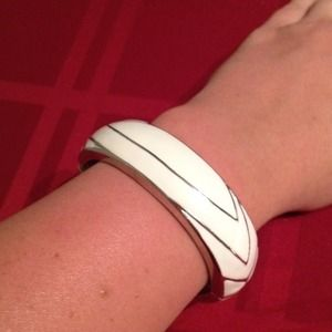 Jewelry - White & Silver hinged bracelet