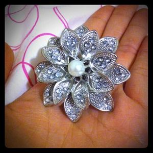 Jewelry - Beautiful flower ring with faux pearl center