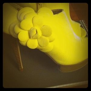 Dollhouse Shoes - funky yellow heels. Will take best offer!!