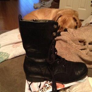 Low feminine combat boots. Hold!