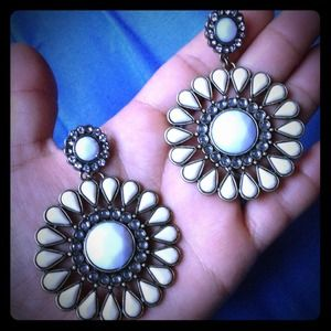 Jewelry - New round daisy like earrings beige and white