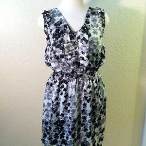 Dresses & Skirts - Sleeveless Black and White Flower Dress