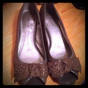 attention Shoes - Reduced Gorgeous grey bow small kitten heel flats.