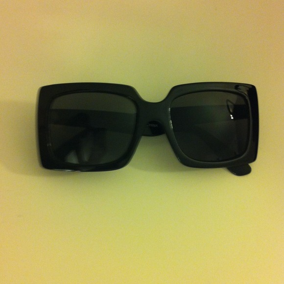Accessories - Stylish black framed sunglasses 3
