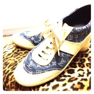 LV authentic worn three times. Size 8.
