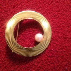 Classic circle pin
