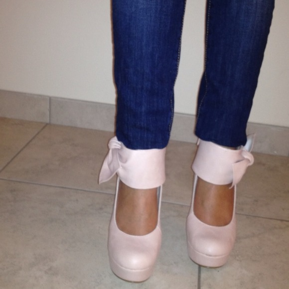 Shoes - Adorable bow accent pumps