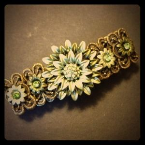 Jewelry - Beautiful flower stretchy bracelet