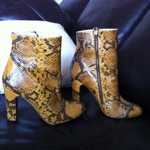 Zara Shoes - Python embossed ankle boots