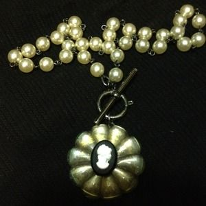 Jewelry - Pearl and cameo necklace