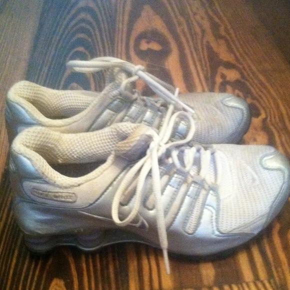 le scarpe nike shox buone condizioni correndo poshmark