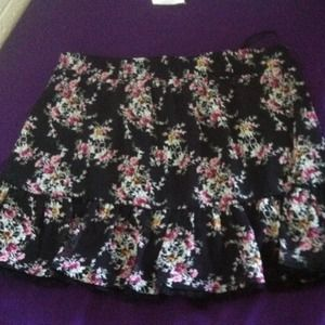 Dresses & Skirts - Fun short floral skirt