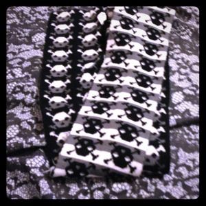 Accessories - Black and white skull scarf