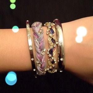 Jewelry - 🎉Silver toned hinged bangle w/ rhinestones