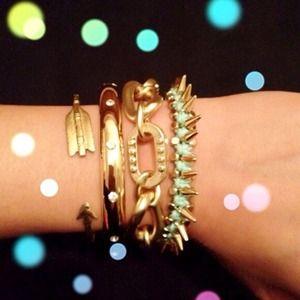 Jewelry - 🎉Gold toned hinged bangle w/ rhinestones