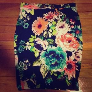 H&M floral stretch pencil skirt. Size large.