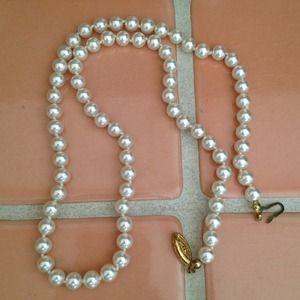 Jewelry - Pretty Cream Colored Pearl Necklace
