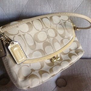 Coach Handbags - MAKE AN OFFER😊👍 Gorgeous Coach Bag.