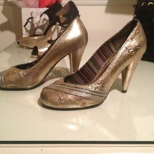 Shoes - Naughty Monkey size 7.5 gold pumps vey rocker