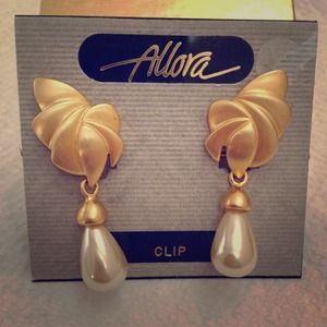 Jewelry - Vintage Gold Tone and Faux Pearl Clip-on Earrings