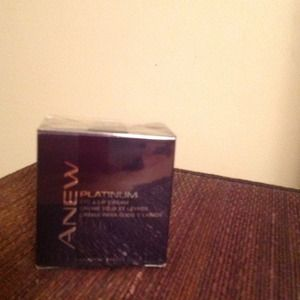 Gifted in Bundle Avon Anew Platinum Eye &Lip Cream