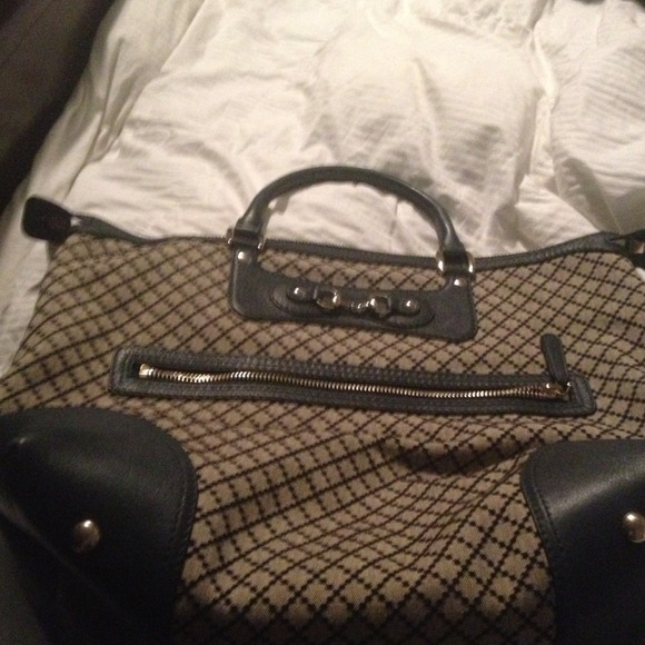 Gucci Bag used twice 1800 dollars selling for 800.