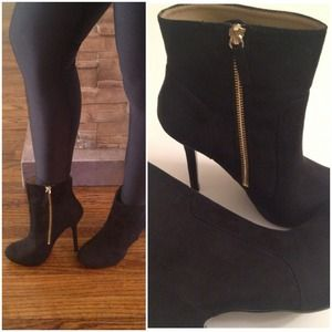 Zara Shoes - 🚩HOLDZara ankle booties with gold zipper like new