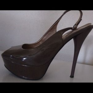 Grayish, nudeish, greenish, flirty pump!