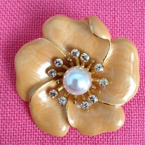 Jewelry - Gorgeous pearl and stone coral colored brooch.