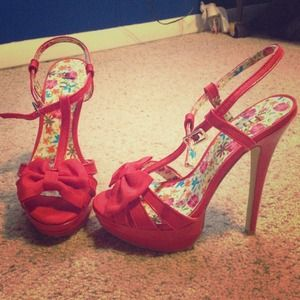 Shi  red pumps with bow