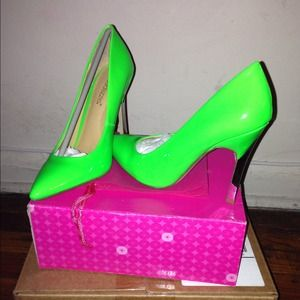 Shoedazzle Danger in green size 6