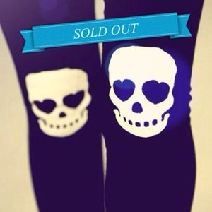 Accessories - Super soft heart eyed skull knee accent leggings