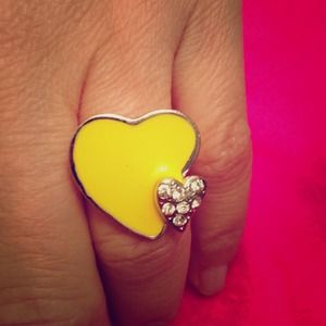 💜2/$10💜CLEARANCE yellow enamel heart ring.