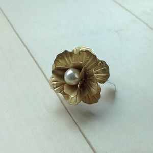 Jewelry - Gold toned flower ring