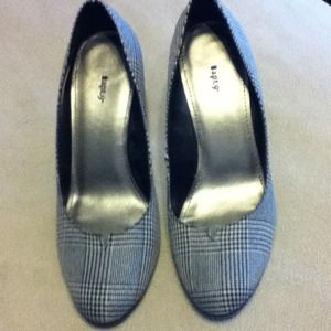 Shoes - Beautiful apt. 9 herringbone pumps