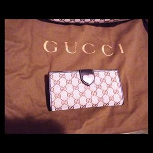 New 100% authentic Gucci continental heart wallet♥