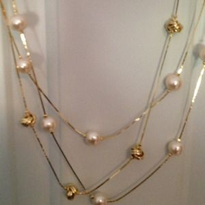 Jewelry - Gorgeous 3 Strand Goldtone Knot and Pearl Necklace