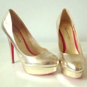 Shoe Dazzle gold platform pumps size 6.5