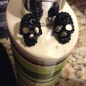 Jewelry - Black skull earrings