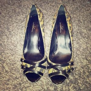 Reduced Peep toe pumps