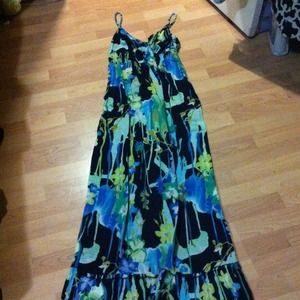 Dresses & Skirts - Beautiful floral maxi