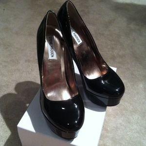 STEVE MADDEN black, patent leather pumps!
