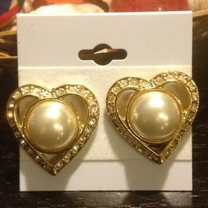 Vintage Jewelry - ❤Heart Gold Tone Earrings wit stone❤️
