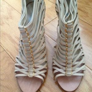 !Beige leather sandals with gold lining
