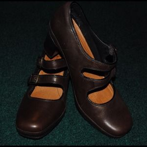 Double strap brown pump