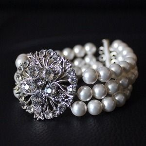 ⚡Reduced⚡Pearl bracelet with crystal stone floral